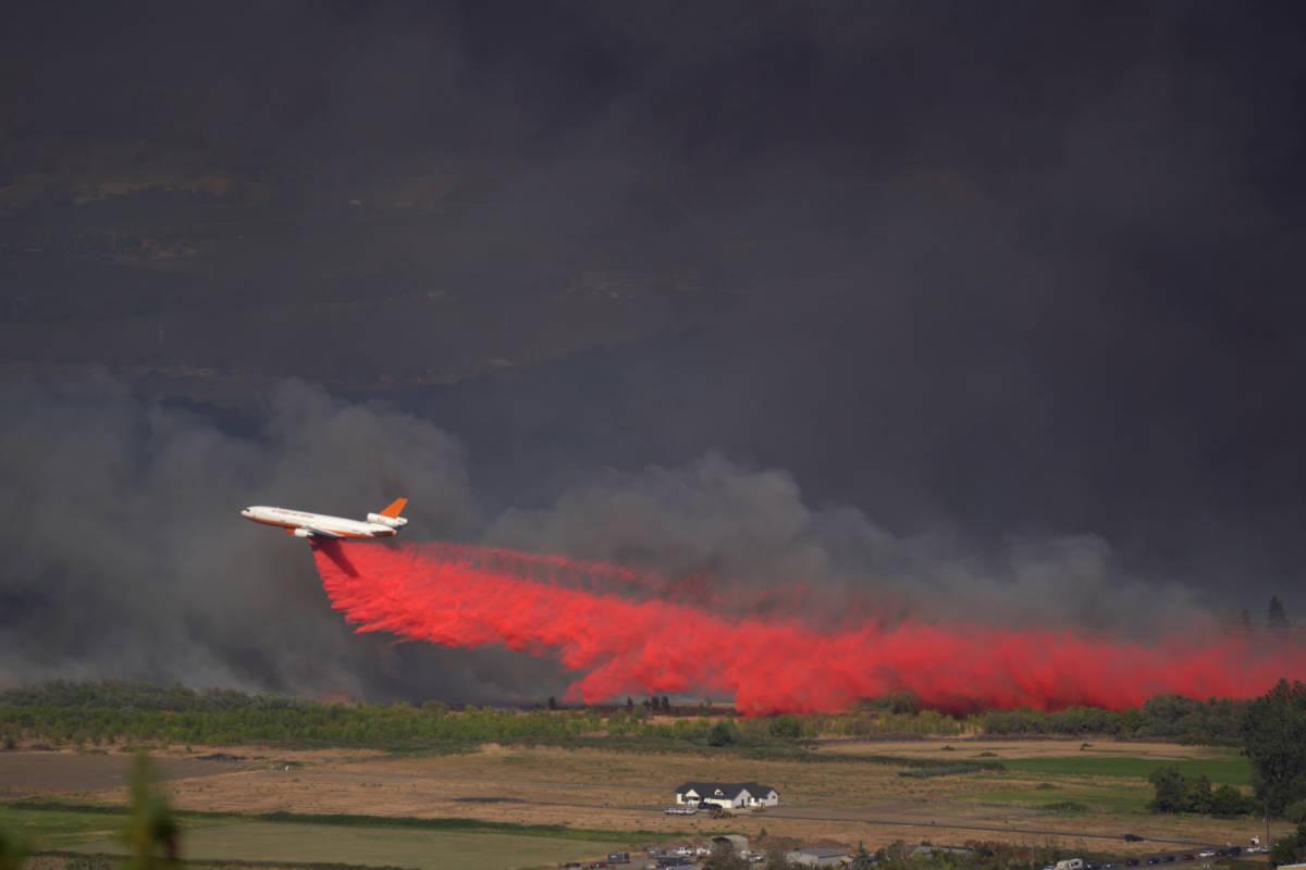 fire plane fighting the almeda fire